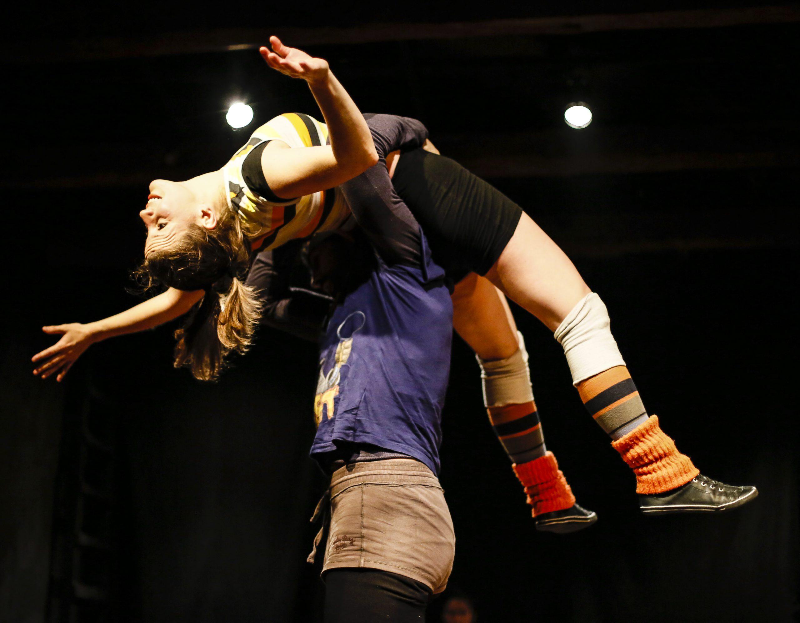 Contact Improvisación: Un viaje del movimiento personal hacia la danza compartida.